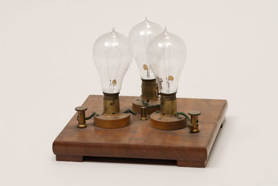 Sistema de três lâmpadas montadas numa base
