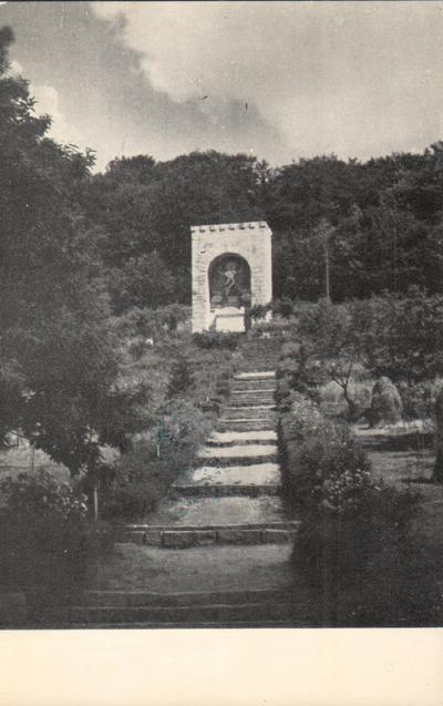Drumul care duce spre mausoleul lui Octavian Goga