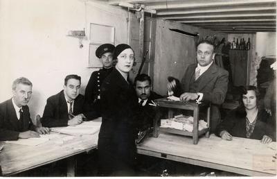 Doña Pilar Sarriera Losada en el momento de depositar su voto en las elecciones a Cortes de 1933 en un colegio electoral de Barcelona.