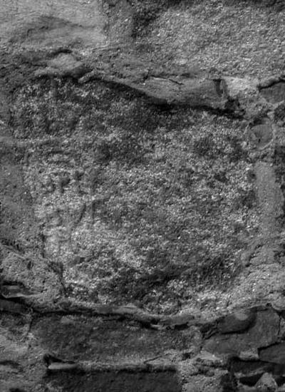 Fragmento de epígrafe integrado en la torre 15