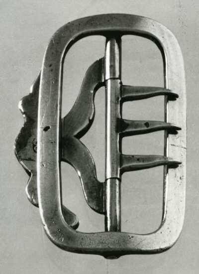 Een van een paar schoengespen van gegoten zilveren, licht gebogen, platte band, rechthoekig met ronde hoeken