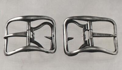 Paar schoengespen met gegoten zilveren, gebogen band, rechthoekig met ronde hoeken