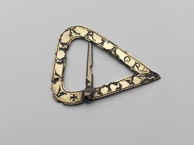 Platte, driehoekige gesp met ronde basishoeken