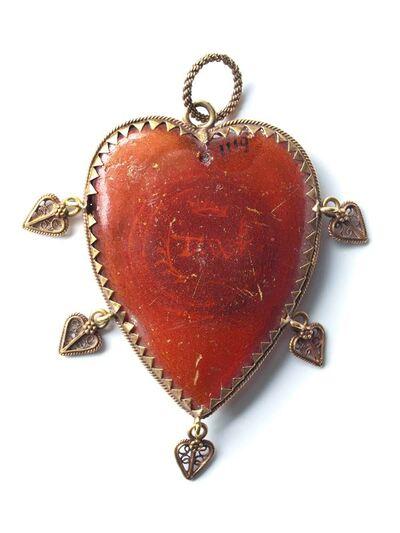Barnstenen hart, gevat in goud rand met vijf afhangende filigrain hartjes