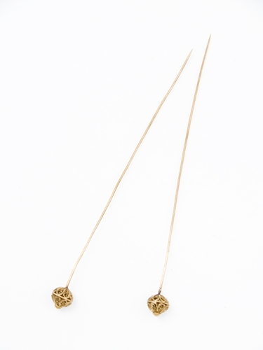 Paar gouden mutsenspelden met bolle rozetvormige ajour-knop