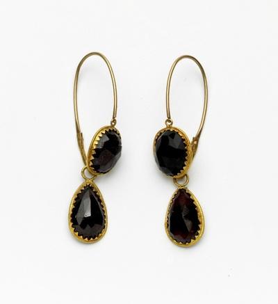 Paar gouden oorhangers, peervormige granaat