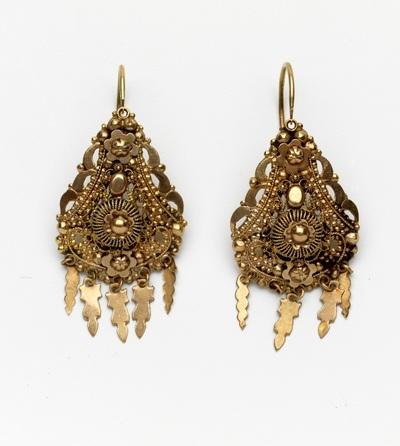 Paar gouden oorhangers, filigrain, 5 lovertjes