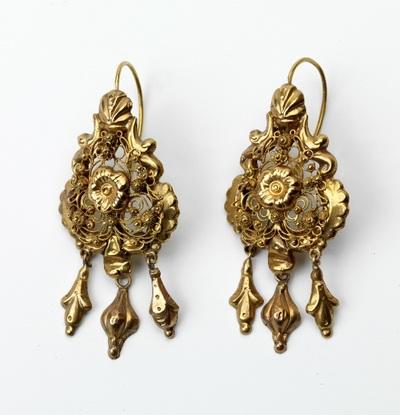Paar gouden oorhangers met drie lovertjes