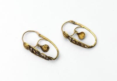 Paar gouden oorringen, bestaande uit smalle bandjes, waartussen filigrainwerk, met lovertjes