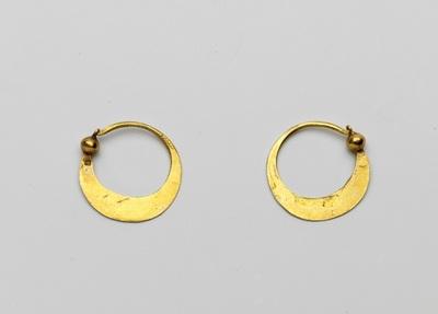 Paar mans-oorringen van goud