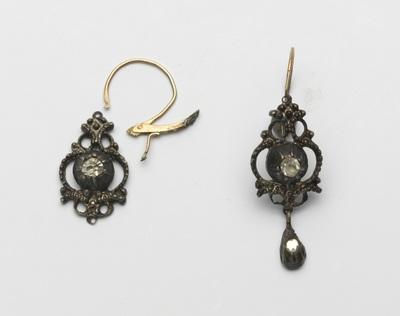 Paar zilveren oorbellen van rosetten met diamantjes waarvan aan elke bel twee