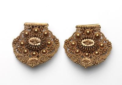 Paar gouden oorijzerknoppen met rosetten