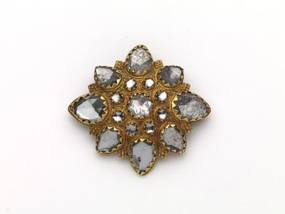 Colliersluiting van goud, met cantillewerk, bezet met witte gefacetteerde stenen