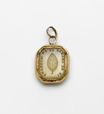 Gouden hanger, achthoekig, met steen waarin gegraveerd een blad, met oog