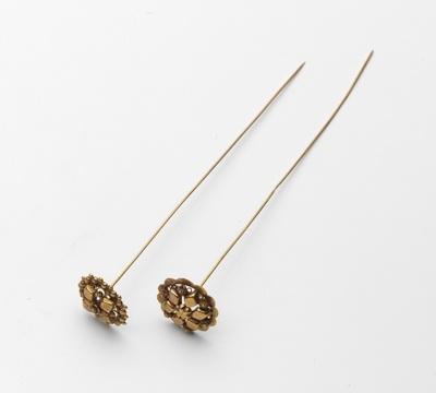 Gouden mutsenspeld met rozet-vormige ajourknop met Zeeuwse knoopjes