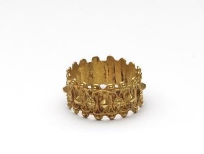Gouden ring, aan de buitenzijde met schakels en punten versierd