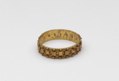 Gouden ring, aan buitenzijde versierd met punten en golflijnen