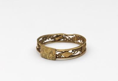 Gouden ring met cantillewerk en tussen twee banden filigrainwerk, vierkant schildje waarop AA ingeput