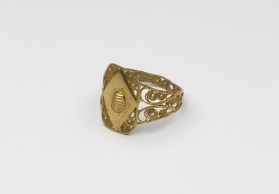 Gouden ring, filigrain met schildje