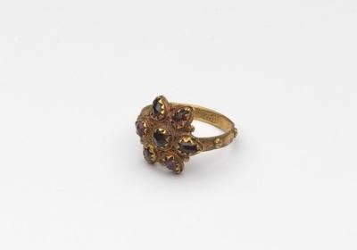 Gouden ring, met zespuntige roset waarin zeven agaatsteentjes