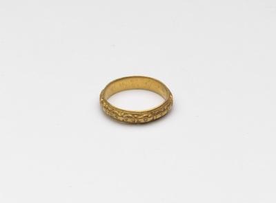 Gouden ring, versierd met lofwerk
