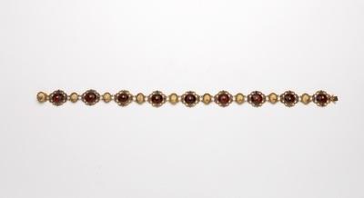 Collier bestaande uit ovale zettingen, afwisselend robijn in ajour krullenrand en schelpvorm