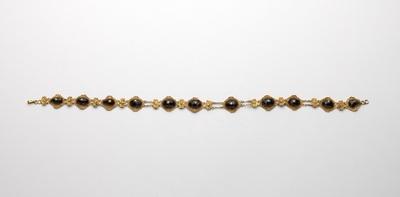Collier van granaten in goud met ovale zetting, afgewisseld met filigrainplaatjes