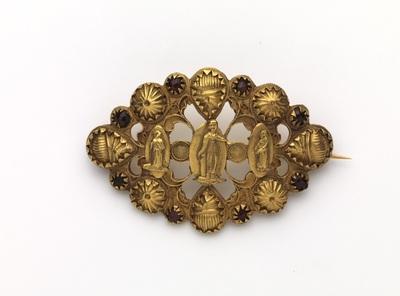 Ovale gouden broche met acht granaten en middenin drie medaillons waarop vrouwenfiguren