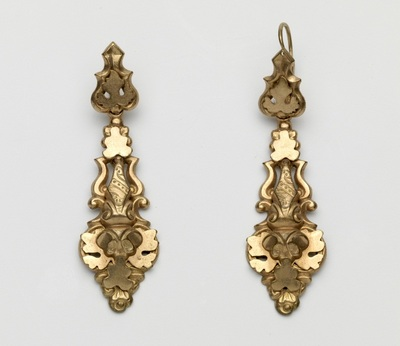 Paar oorbellen van verguld koper, langwerpig, versierd met lofwerk