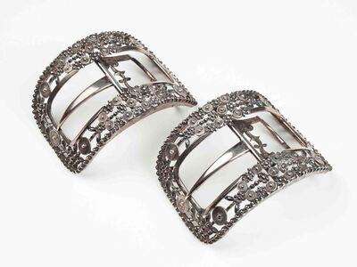 Paar grote zilveren schoengespen met à jourwerk van bloemtjes, gemaakt uit steentjes met facetten en cirkeltjes met concentrische cirkels