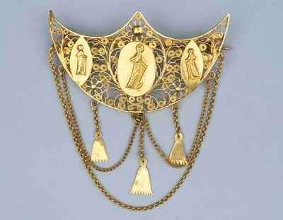 Broche van filigrain goud waarop drie plaatjes met menselijke figuren en onderaan hangen kettinkjes, waaraan drie voorwerpen hangen