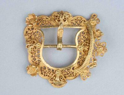 Gesp met kroon van filigrain goud