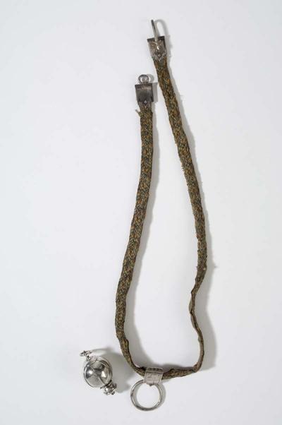 Gevlochten ceintuur van zijde voorzien van zilveren haaksluiting en schuif met ring waaraan een chatelaine of sleutelring kan hangen