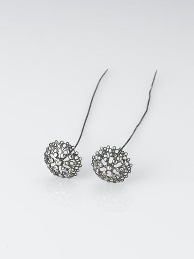 Paar zilveren mutsenspelden met rozetvormige knop van filigrain ajour zilverwerk