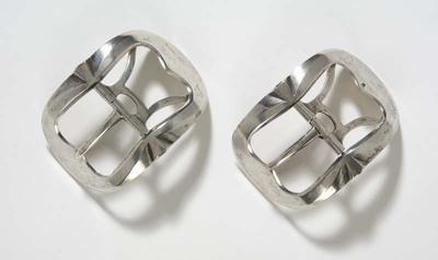 Paar grote zilveren onversierde schoengespen