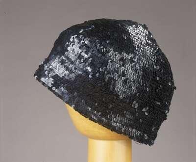 Completo femminile in tre pezzi e cappello coordinato.