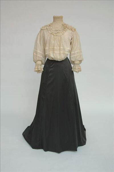 Ecrukleurige zijden blouse met kant afgewerkt aan de hals en de mouwboorden