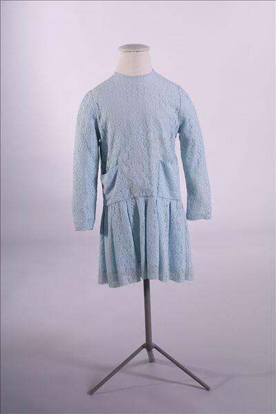 Jurk in blauwe en witte kant met lange mouwen en twee zakken