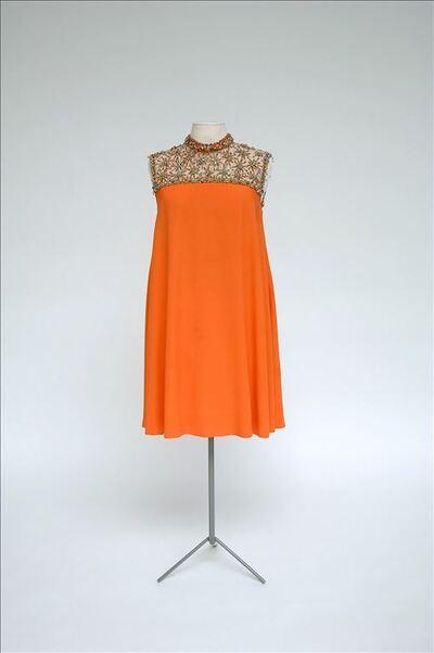 Oranje mini-jurk met verhoogde taille en uitschuinende rok
