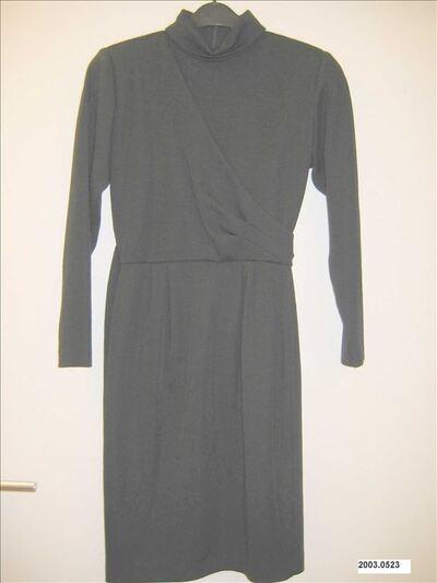 Tricot jurk in zwarte wol met rolkraag