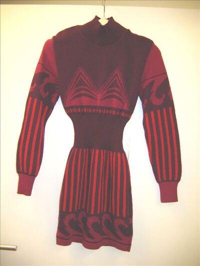 Mini-jurk in rood fuchsia en bordeauxkleurig breiwerk