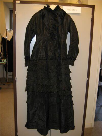 Jurk in zwarte zijde versierd met kant en kralen