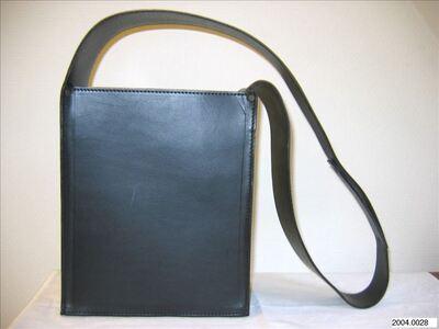 Rechthoekige schoudertas in zwart leer met brede schouderband