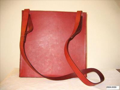 Vierkante schoudertas in bordeauxkleurig leer met lange schouderband
