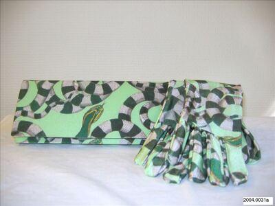 Tas met bijpassende halflange handschoenen in witgroene zijde met slangenmotief