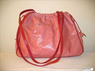 Handtas in roze leer met rode accenten