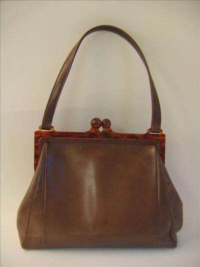Rechthoekige handtas in bruin leer met beugel in bruin gevlekte plactic