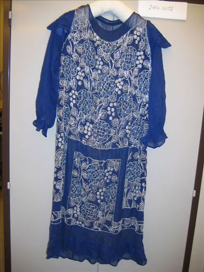 Jurk in blauwe crêpe versierd met pailletten en borduurwerk