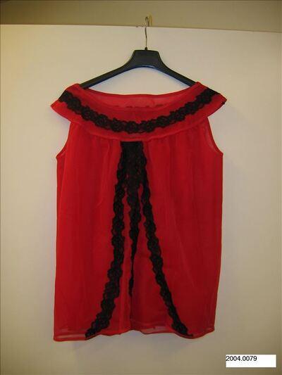 Babydoll in rode enkalon en afgewerkt met zwarte kant