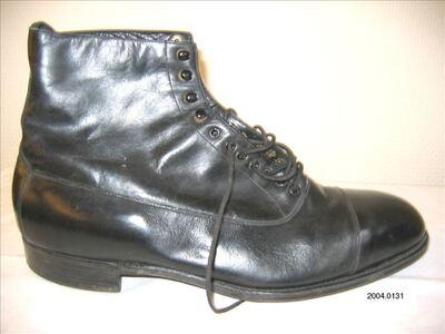 Halfhoge schoenen in zwart leer met veters en rijghaken